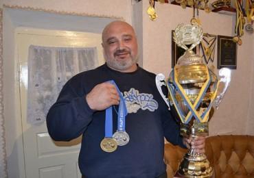 Одесский священник стал Чемпионом Украины по пауэрлифтингу