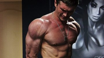 Бодибилдер Ярослав Снежко показал как тренирует мышцы груди